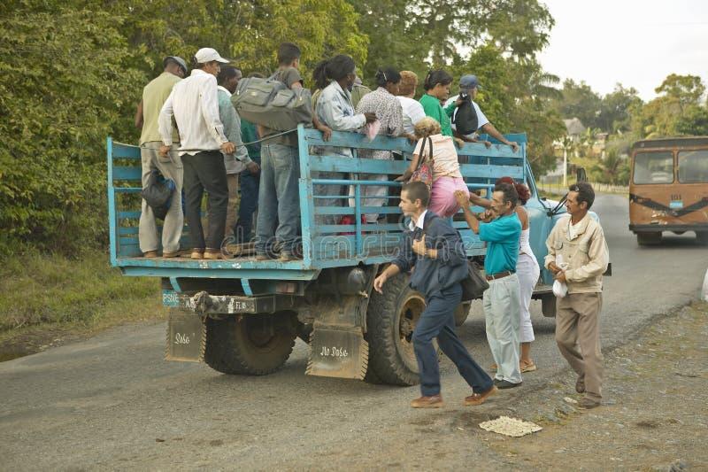 Grupa ludzi podróżuje z tyłu ciężarówki w Valle De Viï ¿ ½ ales w środkowym Kuba, obrazy stock