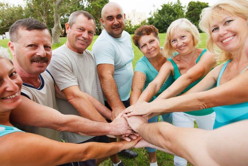 Grupa ludzi pokazuje jedność zdjęcia stock