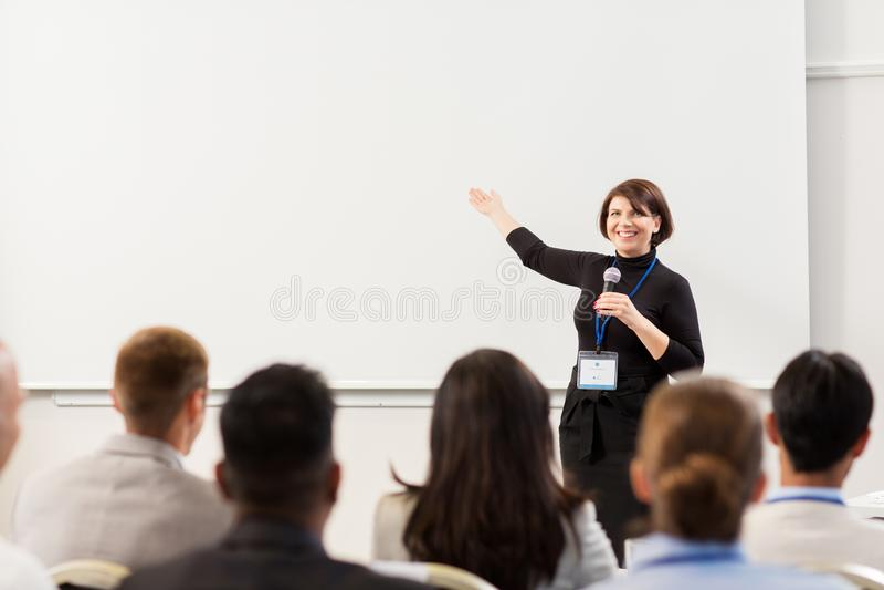 Grupa ludzi przy biznesową konferencją lub wykładem fotografia royalty free