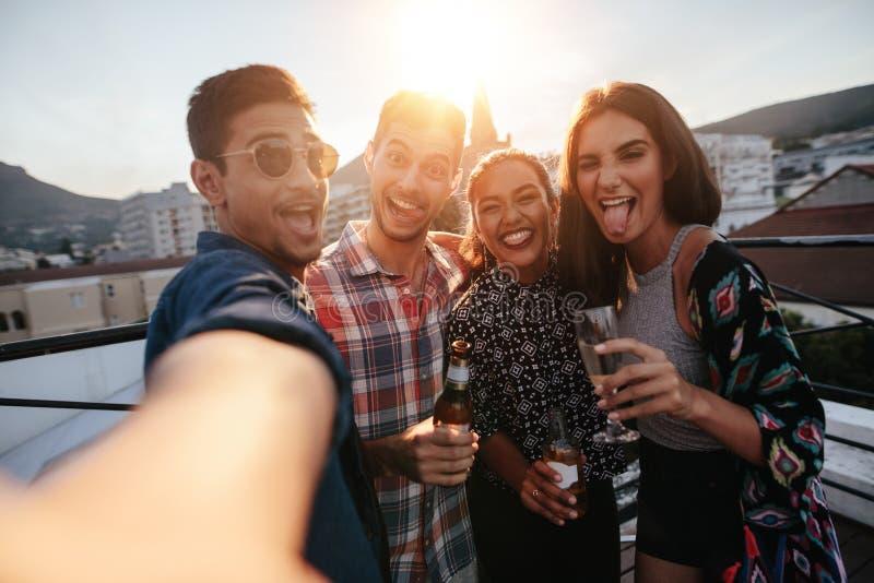 Grupa ludzi robi selfie przy przyjęciem zdjęcia stock