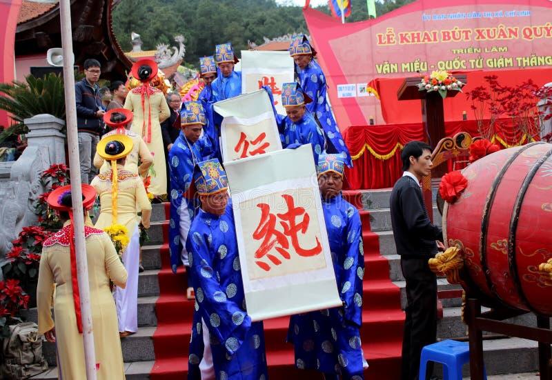 Grupa ludzi w tradycyjnym kostiumu daje listom święty zdjęcie royalty free