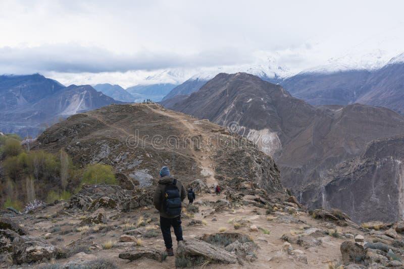 Grupa ludzi wycieczkuje na górze w Hunza dolinie, Pakistan Podróży styl życia i awanturniczy pojęcie obrazy royalty free