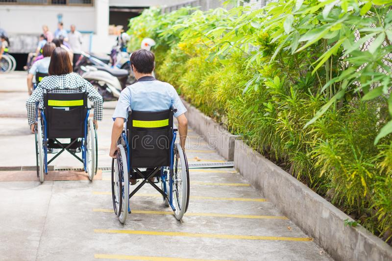 Grupa ludzi z wózkiem inwalidzkim na drodze zdjęcie royalty free