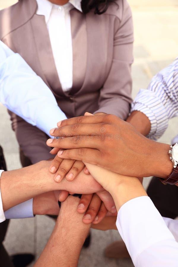 Grupa ludzie biznesu Łączy rękę lub Jednoczący obrazy royalty free