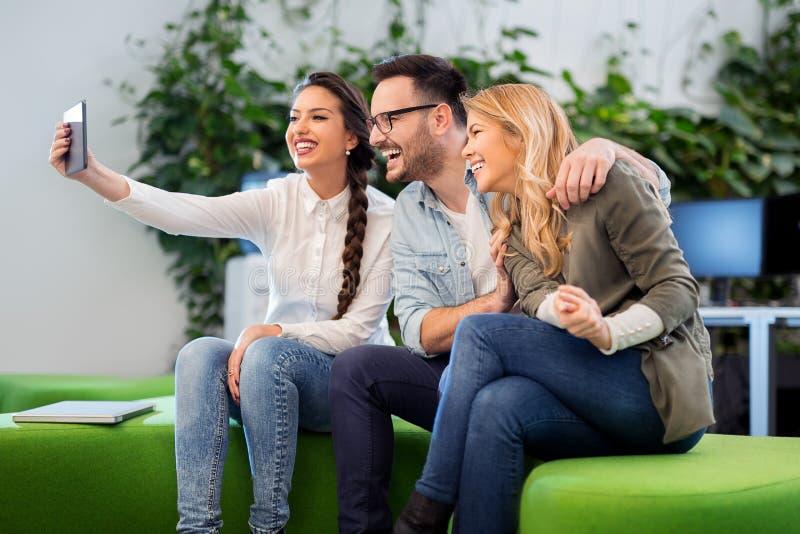 Grupa ludzie biznesu bierze selfie i patrzeje telefon komórkowego obrazy royalty free