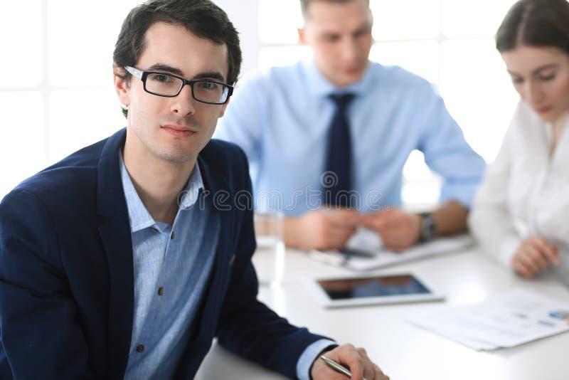 Grupa ludzie biznesu dyskutuje pytania przy spotkaniem w nowo?ytnym biurze Headshot biznesmen przy negocjacj? zdjęcia royalty free