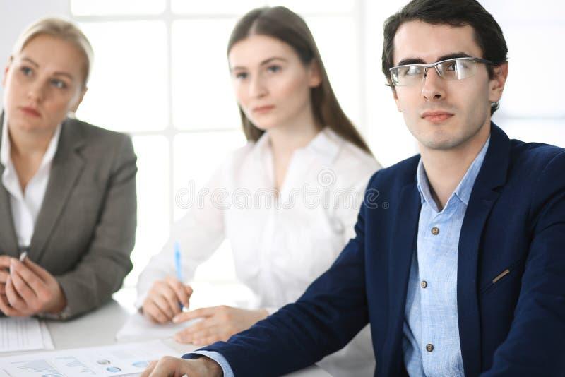 Grupa ludzie biznesu dyskutuje pytania przy spotkaniem w nowo?ytnym biurze Kierownicy przy negocjacj? lub brainstorm fotografia stock