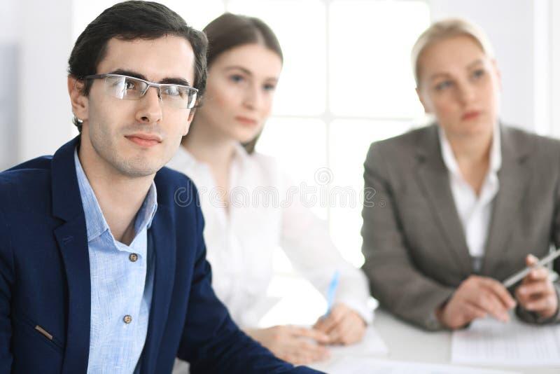 Grupa ludzie biznesu dyskutuje pytania przy spotkaniem w nowo?ytnym biurze Kierownicy przy negocjacj? lub brainstorm obrazy stock