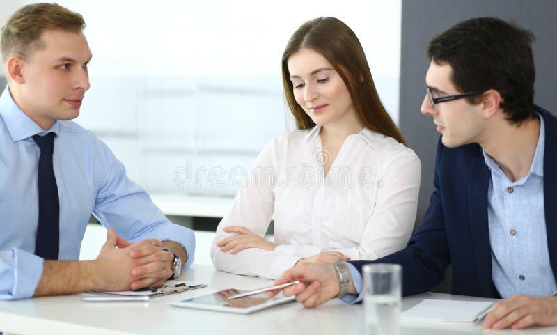 Grupa ludzie biznesu dyskutuje pytania przy spotkaniem w nowo?ytnym biurze Kierownicy przy negocjacj? lub brainstorm zdjęcia royalty free
