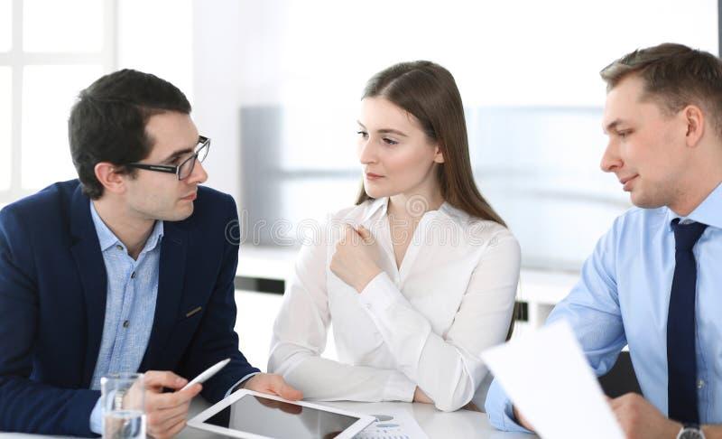 Grupa ludzie biznesu dyskutuje pytania przy spotkaniem w nowo?ytnym biurze Kierownicy przy negocjacj? lub brainstorm fotografia royalty free