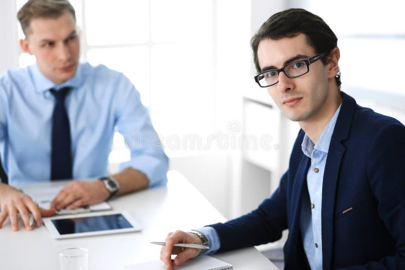 Grupa ludzie biznesu dyskutuje pytania przy spotkaniem w nowo?ytnym biurze Kierownicy przy negocjacj? lub brainstorm zdjęcie royalty free