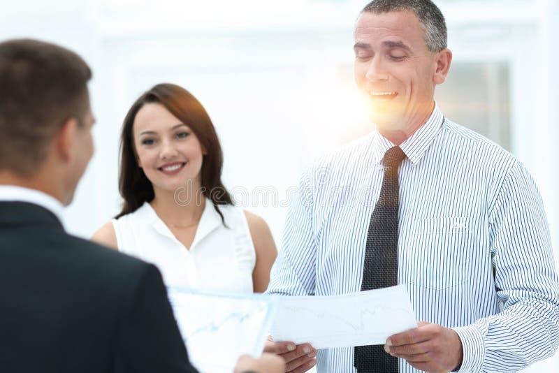 Grupa ludzie biznesu dyskutuje znacząco dokument obrazy stock