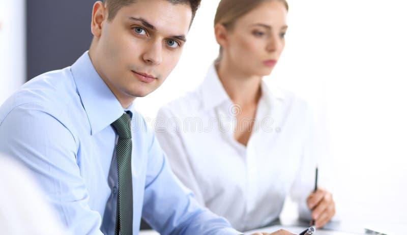 Grupa ludzie biznesu lub prawnicy dyskutuje terminy transakcja w biurze Koledzy pracuje wszystko wpólnie Ostrość o zdjęcie royalty free