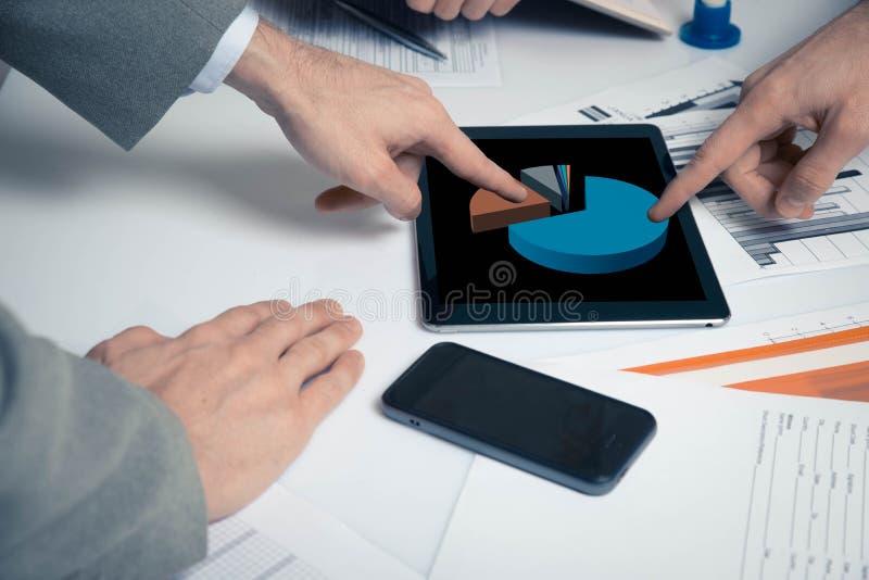 Grupa ludzie biznesu ruchliwie dyskutuje pieniężnej sprawy podczas spotkania fotografia stock