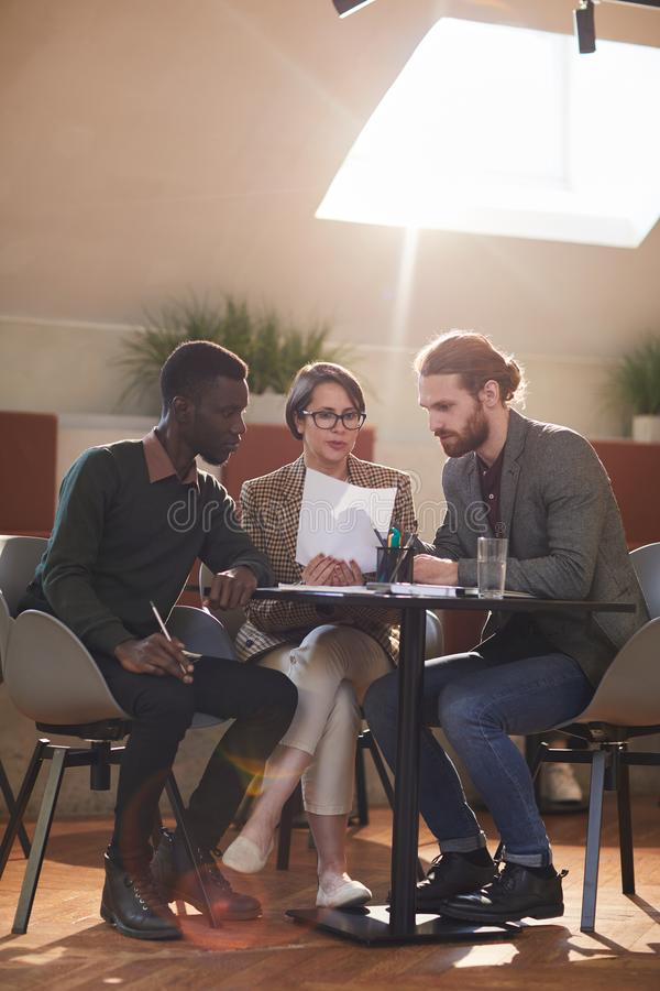 Grupa ludzie biznesu Spotyka w kawiarni zdjęcie royalty free