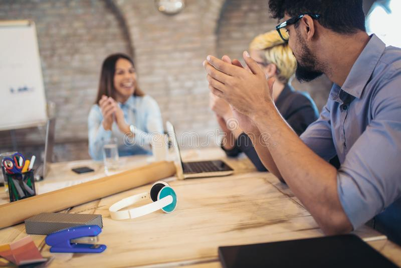 Grupa ludzie biznesu spotyka w korporacyjnej sala konferencyjnej zdjęcia stock