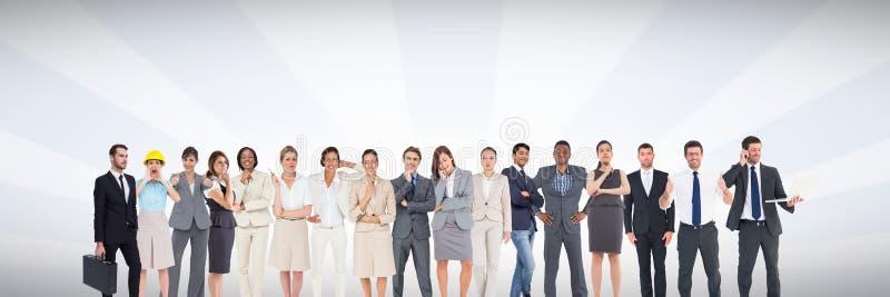 Grupa ludzie biznesu stoi przed jaskrawym popielatym tłem royalty ilustracja