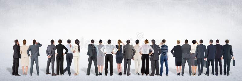 Grupa ludzie biznesu stoi przed pustego miejsca popielatym tłem obrazy stock