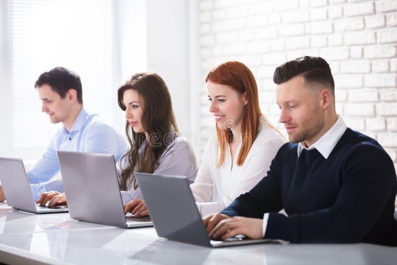 Grupa ludzie biznesu Używa laptop obraz royalty free
