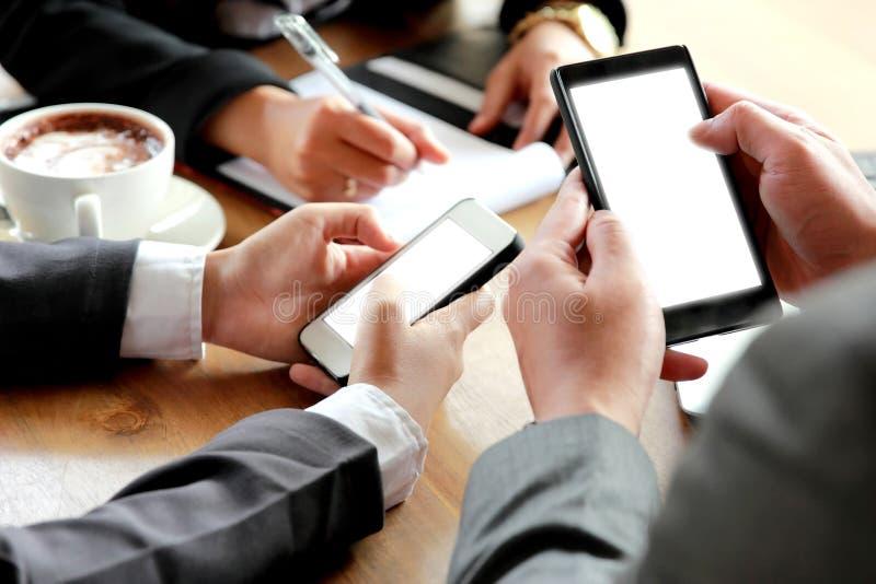 Grupa ludzie biznesu używa smartphone zdjęcie royalty free