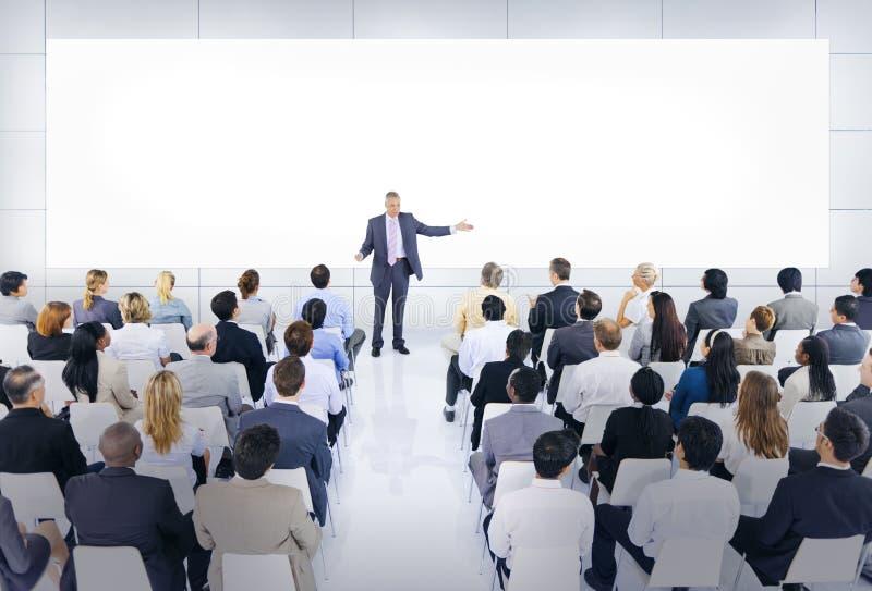 Grupa ludzie biznesu w Biznesowej prezentaci zdjęcie royalty free