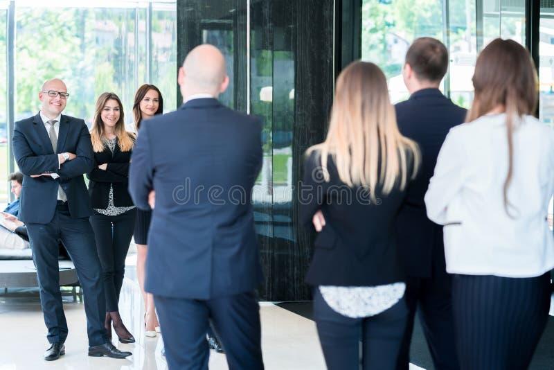 Grupa ludzie biznesu z biznesmena liderem Fotografia od beh fotografia stock