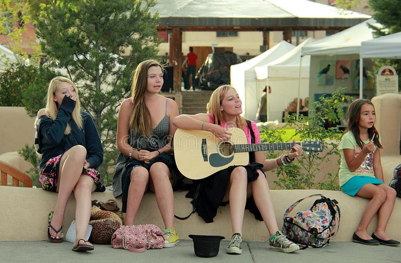 Grupa młode kobiety w centrum Taos zdjęcia royalty free