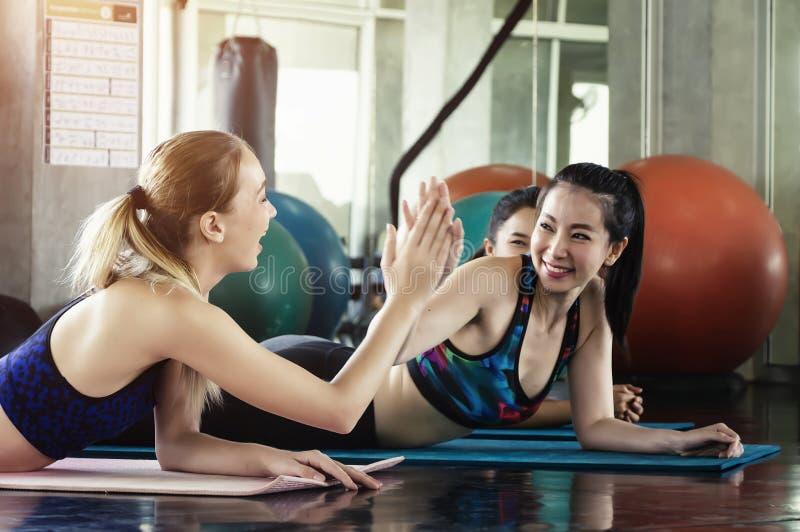 Grupa młodzi sporty atrakcyjni ludzie ćwiczy joga lekcję zdjęcia royalty free