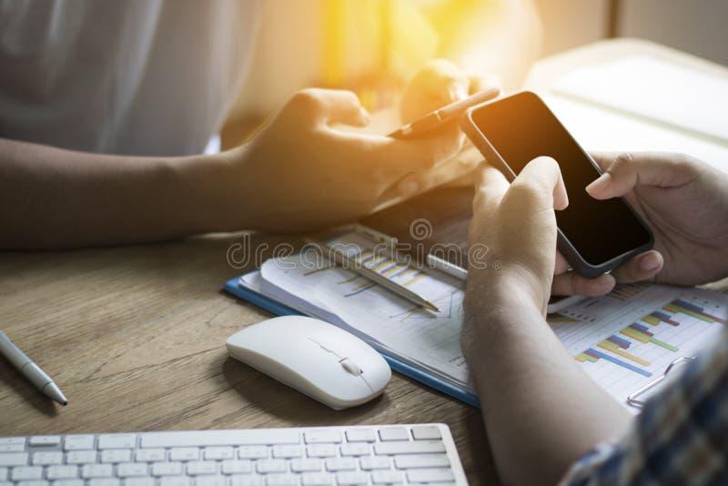 grupa mężczyzna use telefon kontaktować się i łączyć o biznesie, c obrazy royalty free