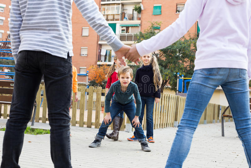 Grupa młode dzieci bawić się czerwonego włóczęgi obraz stock
