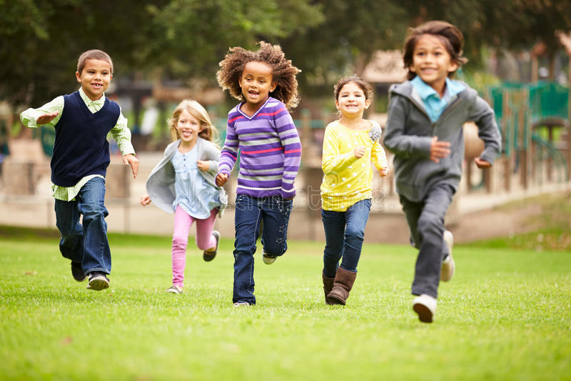 Grupa młode dzieci Biega W kierunku kamery W parku obrazy royalty free