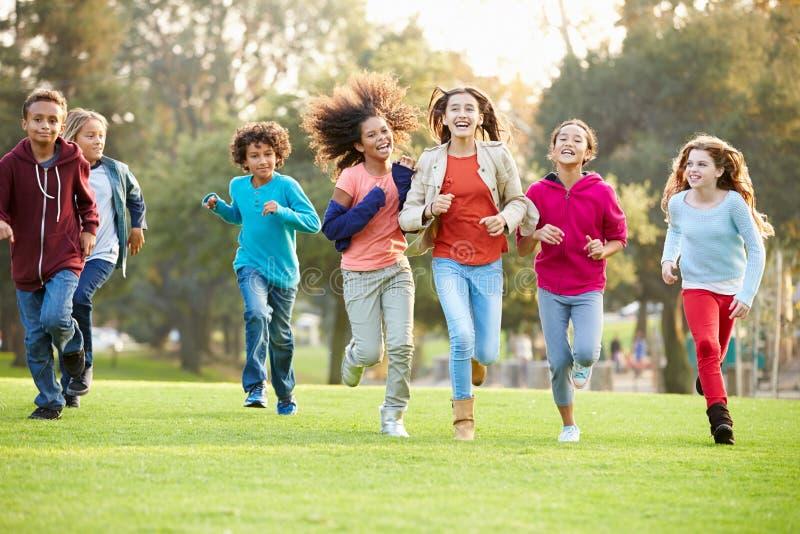 Grupa młode dzieci Biega W kierunku kamery W parku zdjęcie royalty free