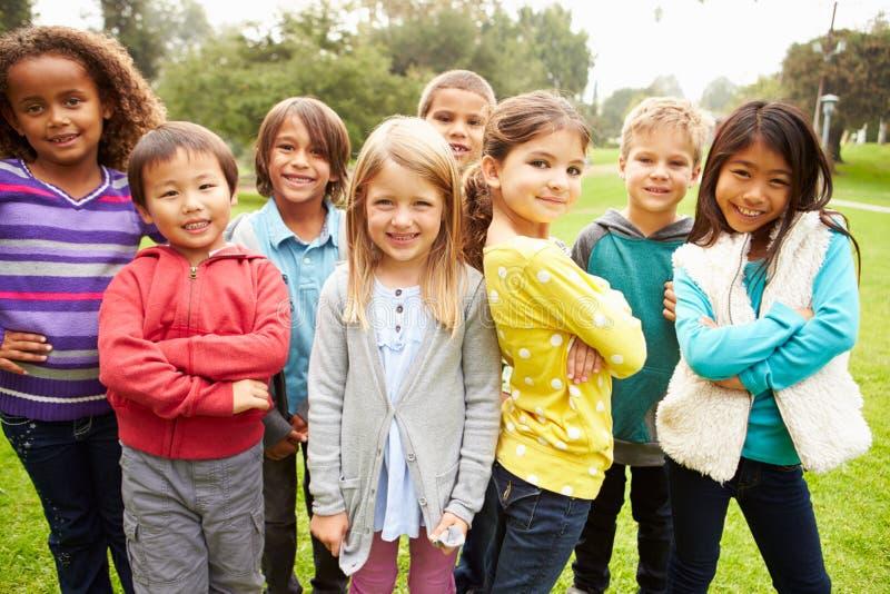 Grupa młode dzieci Wiszący W parku Out zdjęcia stock