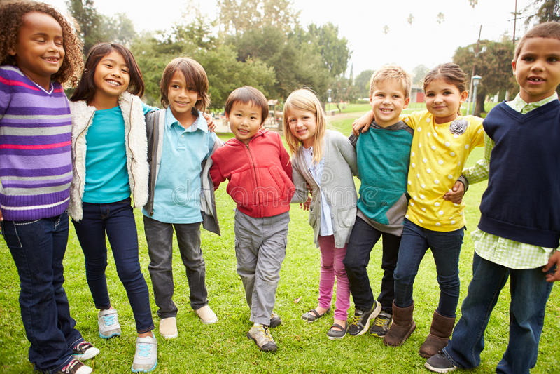 Grupa młode dzieci Wiszący W parku Out obrazy stock