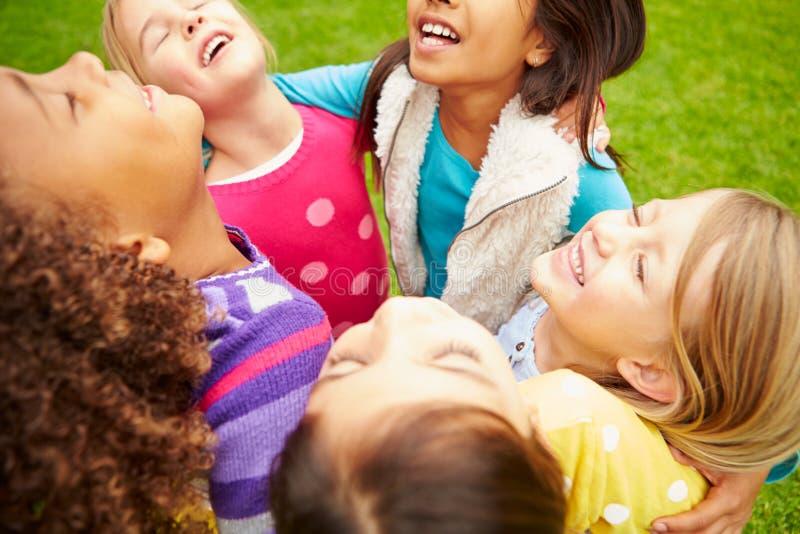 Grupa młode dziewczyny Wiszące W parku Wpólnie Out fotografia stock
