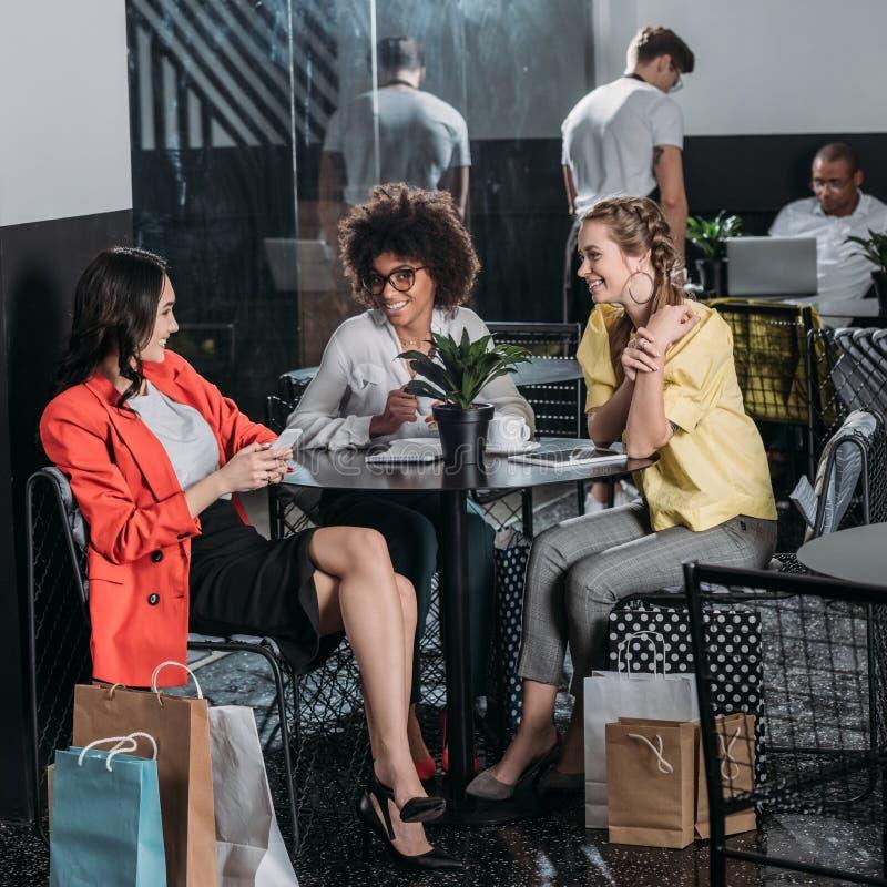 grupa młode kobiety pije kawę z torba na zakupy obrazy stock