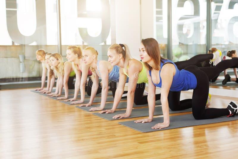 Grupa młode kobiety w sprawności fizycznej klasie obrazy royalty free