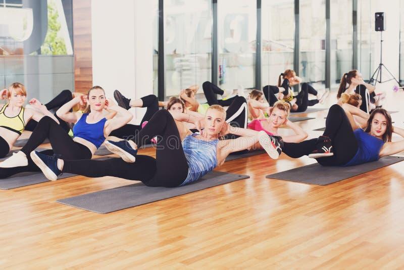 Grupa młode kobiety w sprawności fizycznej klasie obraz royalty free