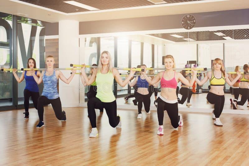 Grupa młode kobiety w sprawności fizycznej klasie obrazy stock