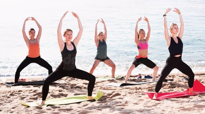 Grupa młode kobiety wykonuje joga zdjęcie stock