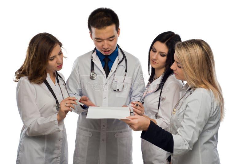 Grupa młode lekarki dyskutuje coś przed treatmen zdjęcia royalty free