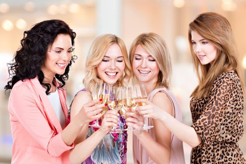 Grupa młode szczęśliwe kobiety przyjęcia zdjęcia royalty free