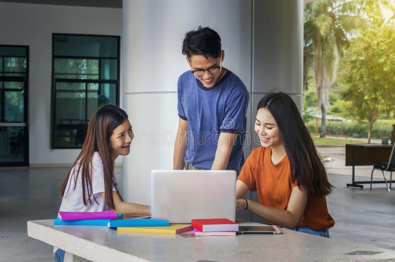 Grupa młody azjatykci studiowanie w uniwersyteckim obsiadaniu podczas lectu obrazy stock