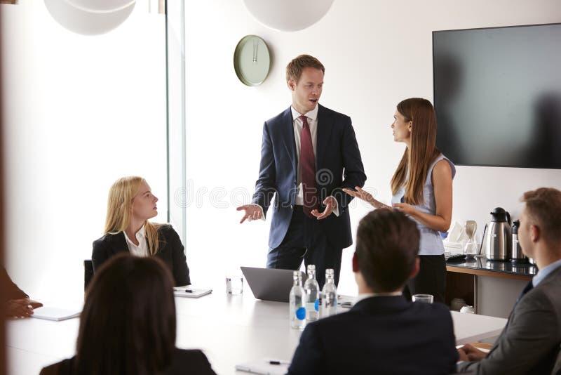 Grupa Młodzi biznesmeni I bizneswomany Spotyka Wokoło stołu Przy Magisterskim Rekrutacyjnym ocena dniem obraz stock