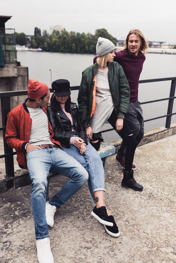 grupa młodzi eleganccy ludzie na riverstide obraz stock