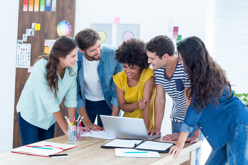 Grupa młodzi koledzy używa laptop obraz royalty free