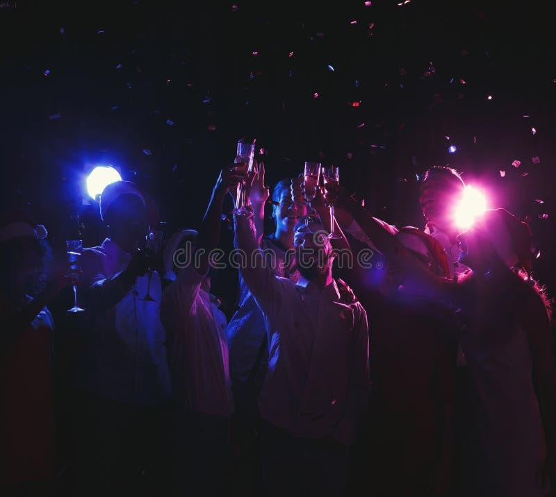 Grupa młodzi ludzie świętuje nowego roku z szampanem przy noc klubem obraz royalty free