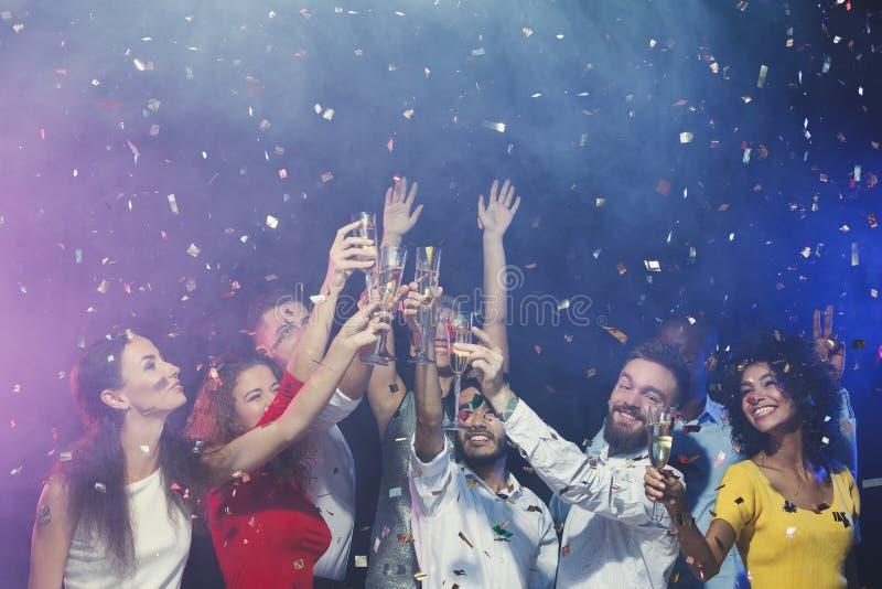Grupa młodzi ludzie świętuje nowego roku z szampanem przy noc klubem fotografia royalty free