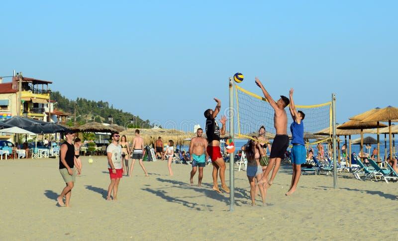 Grupa młodzi ludzie bawić się siatkówkę na plaży w Nea Skioni, Halkidiki, Grecja zdjęcie royalty free