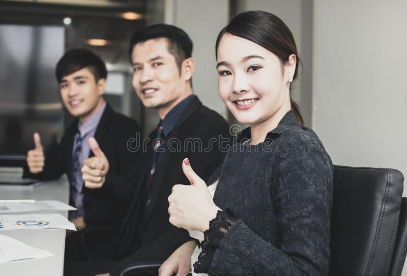 Grupa młodzi ludzie biznesu ludzi zespala się siedzącego pokój konferencyjnego obrazy stock
